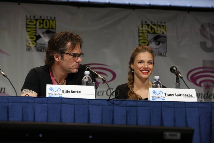 Billy Burke and Tracy Spiridaklos (©2013 Warner Bros. Entertainment, Inc. All Rights Reserved.)