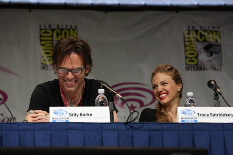 Billy Burke and Tracy Spiridakos (©2013 Warner Bros. Entertainment, Inc. All Rights Reserved.)