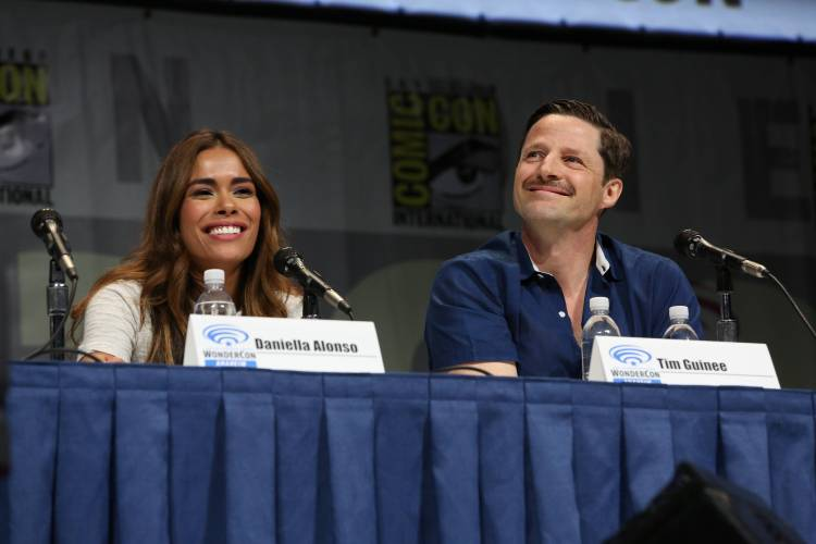 Daniella Alonso and Tim Guinee (©2013 Warner Bros. Entertainment, Inc. All Rights Reserved.)
