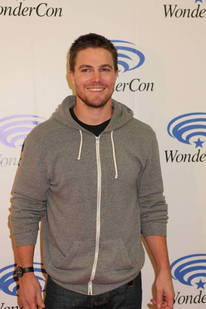 Stephen Amell (©2013 Warner Bros. Entertainment, Inc. All Rights Reserved.)